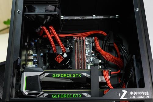 冷排特写 机箱内部的电源线、SATA线材都被整理的非常干净,M.2的三星固态硬盘布置在上方右侧区域,两块GTX1080 公版显卡通过特制的硬质SLI桥连接,并以金属支架固定,整体布局简洁、利落、高效,观感远超另一国际PC大厂的某品牌。仔细看上去,OMEN X这款Z170 OEM主板虽然用料也不算奢华,但布线成熟,做工精致,远非普通OMEN厂家的恶俗趣味可比。