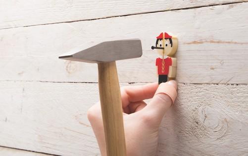 可爱的人物造型,塑料材质,中间是不同大小的孔隙适用于不同规格的钉子