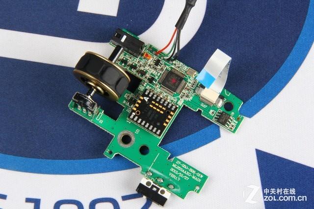 对于大多数鼠标来说,拆解到了这一环节,已经开始奏响结束曲。但对于骨伽700M游戏鼠标来说,拆解还尚未结束,将电路板与鼠标底盘和金属骨架连接的两颗螺丝卸下后,再卸下底盘末端隐藏的一颗极不起眼的小螺丝后,即可将鼠标的塑料底盘和金属骨架完全分离。  拆下底盘末端隐藏的一颗黑色小螺丝后 即可将底盘与金属骨架分离  骨伽700M游戏鼠标金属骨架展示 将鼠标底盘上的塑料部分去除,即可看到骨伽700M游戏鼠标金属骨架全貌,整个金属骨架造型呈飞机式,骨架厚度达到XX mm,由一整块铝合金材质变拆冲压加工而成。相比于传统的