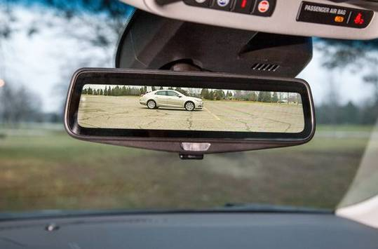 CT6上将会采用高动态范围摄像头,能够减少画面炫光,以及在光照不足的情况下也能清晰显示路况,此外,该摄像头覆盖了一层疏水材料,以保障在雨天下的工作能力。   相比于2016年才上市凯迪拉克CT6,Nissan已经开始着手计划为明年的车型中加载类似的功能。   从众多车企发布的新闻公告中不难看出,大部分车企都在积极布局着与高级辅助驾驶系统有关的功能模块,而现在终于意识到,车内后视镜也是一块可以进行深度开发的另一块屏幕。   将倒车后视集成进汽车后视镜并不是什么新鲜事物,但到目前为止,市场上并没有出现原