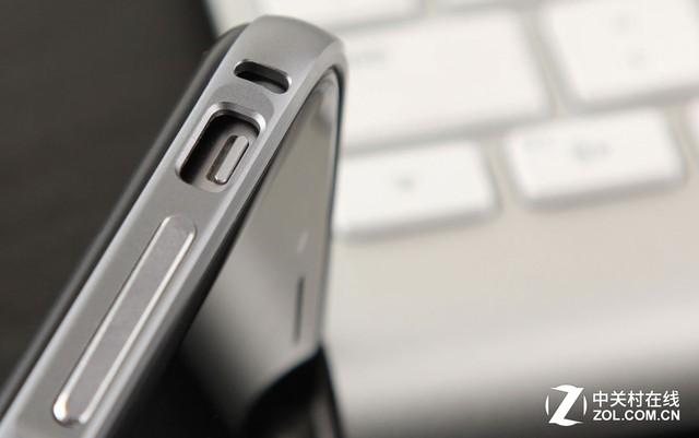 金属质感强烈的边框风格与iPhone6保持一致,露出的静音键显得非常