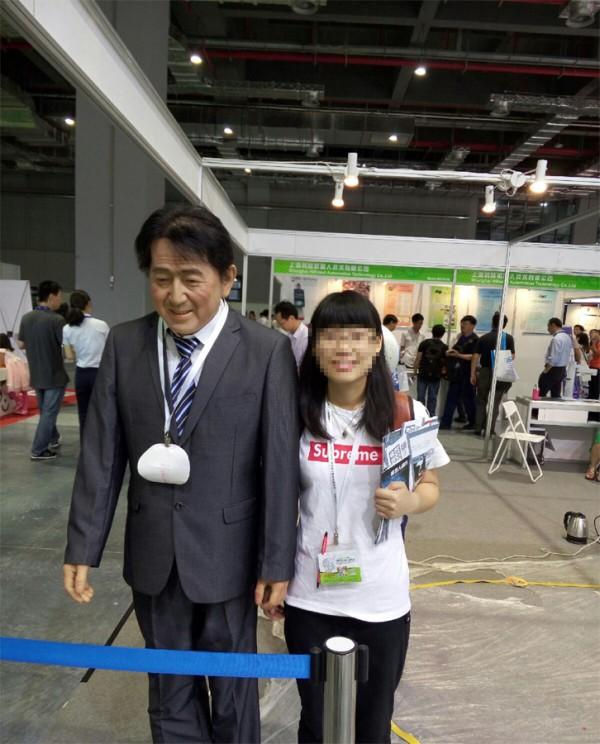 """""""安倍""""机器人亮相上海 不停鞠躬道歉"""