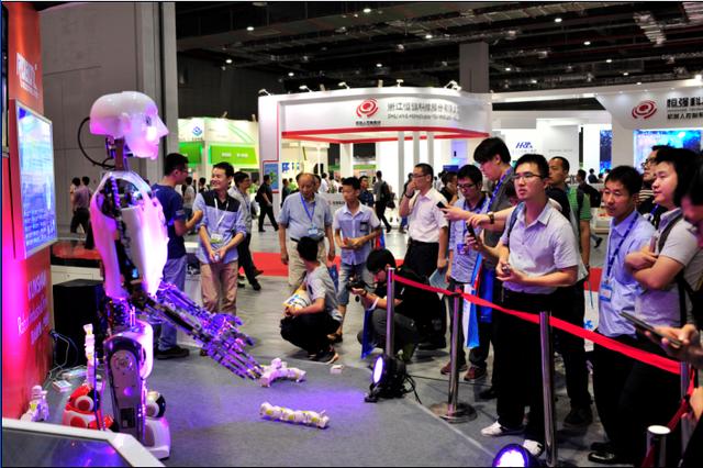 """""""安倍""""机器人鞠躬道歉 机器人市场看好"""