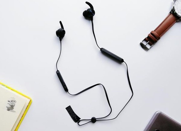 深圳IT网报道:2019蓝牙耳机怎么挑选?买耳机必学三大奇招