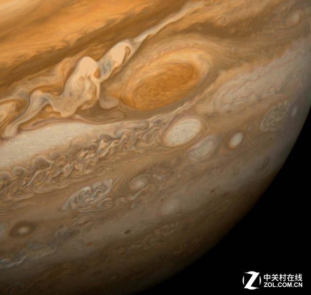旅行者1号拍摄的木星大红斑 旅行者1号最初的任务是探测木星与土星及其卫星与环。1979年1月,旅行者1号抵达木星轨道,开始对木星进行探测。1979年3月5日,它离木星只有349000公里,获得最佳拍摄时机,在近距离对木星进行了大量拍摄。