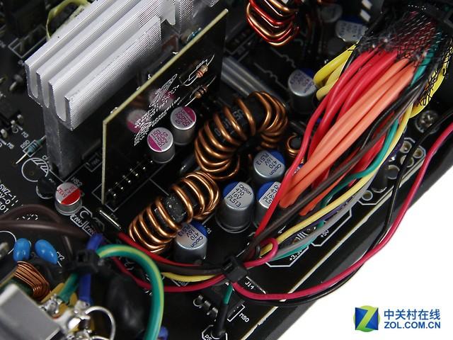 电源输出端 电源的内部设计是非常完善的,采用了主动式PFC+双管正激+DC TO DC的方案,同时有完善的EMI滤波电路等保证电源的电流纯净。 评测总结:全汉蓝暴经典版PLUS电源是一款经过了80PLUS 230V EU铜牌认证的电源,典型负载下有88%的转换效率。这款电源的内部设计也是完善成熟的方案,保证了电源的效率和稳定性。因此,这款电源对于一般游戏平台还是非常适用的。