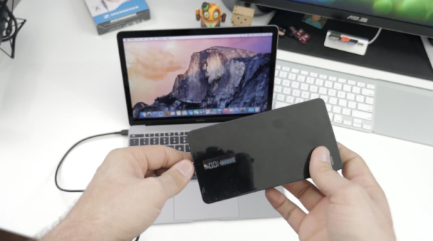 新款12吋MacBook竟然可用移动电源充电(Source: 9to5Mac)   苹果的USB-C接口同时具备了多种功能,除了基本的数据传输之外,还可以充电(USB最新规范的充电能力可达100W,但不确定苹果的是多少),不过,苹果的USB-C接口并不直接使用现在的USB设备,因为接口大小都不一样,所以如果用移动电源给它充电的话,需要有USB-C到USB-A 2.