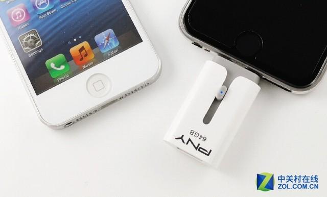 如果你的ios设备容量不够用了,暂时没有升级的打算,PNY lightning手机U盘将是你最合适的选择。它通过Apple原厂MFi认证,采用 Lightning / USB双向伸缩式接头设计,其中Lightning接头与iOS装置连接,可作为手机外接扩容装置;而标准USB-A型接头则与Mac/ PC端的传统USB埠连接,方便将重要数据随时备份。最震撼的消息来了:一直以来凡是跟苹果沾边的设备总是很贵,可这次,PNY lightning手机U盘64GB容量款推出了超低爆款价589元,参与抢购并晒单或是点评,
