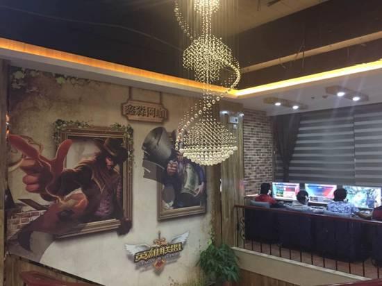 二楼大气吊灯和《英雄联盟》游戏主题手绘墙