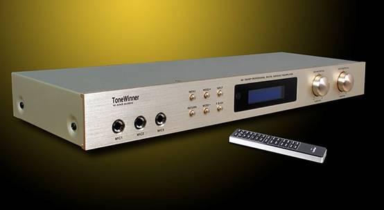 一:关于卡拉OK效果器:   首先让我们来回顾一下卡拉OK进入我国的历史:大约在上个世纪90年代初,最雏形的模拟音频卡拉OK在市面上大行其道,随后发展成为以日本三菱出产的卡拉OK模拟芯片M65831为主的,可以单独调试音乐背景(伴奏乐)音量大小及高低音调整、演唱人声音量大小及高低音调整、声音的混响和回声可以自由调整的模拟音场效果处理效果的卡拉OK机,这种卡拉OK机因为演唱效果还可以,价格便宜,搭配相应的功放和话筒、音箱,即可组建成一套效果还能过得去的家用卡拉OK组合。这种卡拉OK器材中最有代表意义的机器