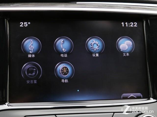 该车使用时下非常流行的环抱式中控设计,虽然空调区域比较中规中矩