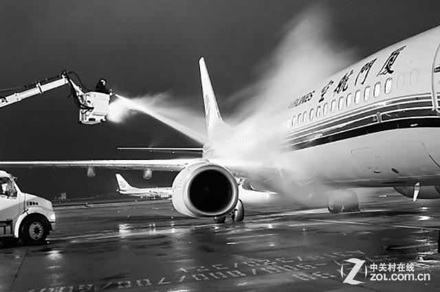 驾驶舱窗门结冰封闭之后,会影响驾驶员的视线,造成飞机失事.