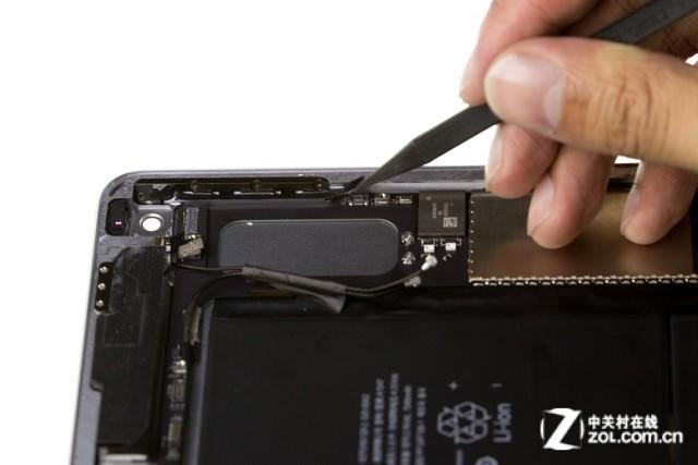 见惯了iFixit对各种热门数码产品的高大上拆解,中关村在线平板频道拆机堂也开启了全新尝试。此次苹果iPad Air 2在中国首发上市,我们第一时间对其进行了全面拆解,而对于这款仅6.1mm,全球最薄的平板电脑,其硬件配置、拆解以及维修难度到底是怎样的?大家不妨跟着拆机堂往下看。 中关村在线 平板电脑频道 拆机堂 拆解工程师:胡永彬、许祎、耿立鑫  暴力诠释内部惊人!iPad Air2国行首拆 拆机后重点结论: 1、确认采用全贴合屏,破损需整体更换,维修成本极高 2、确认内存为2GB,2*1GB尔必达颗粒