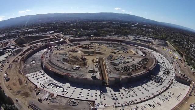 苹果飞船总部大楼航拍图(图片来自MacX) 苹果打算在飞船总部建设10万平方英尺(约合9290平方米)的健身中心和12万平方英尺(约合11148平方米)的会场,同时还包括60万平方英尺(约合55741平方米)的办公室和研发大楼。这座新飞船总部有望在2016年完工并投入使用。