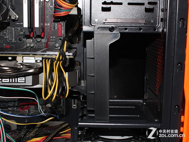 机械硬盘使用了塑料支架安装