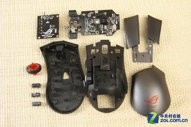 与其它品牌游戏鼠标相比,华硕ROG GLADIUS游戏鼠标还有一项独门秘技,它是世界首款配备了可更换式微动的游戏鼠标。传统游戏鼠标在经过一段时间的使用后,往往容易出现双击问题,更换微动则往往需要使用电烙铁、吸锡器和焊锡等工具,并且还需要玩家具备一定的动手操作能力。普通玩家往往难于应付,华硕ROG GLADIUS游戏鼠标的可更换式微动式设计,则为玩家免除了后顾之忧。  脚垫边缘预留缺口便于玩家对鼠标进行拆解  掀下四枚脚垫 就能够看到固定鼠标的四枚十字螺丝 将华硕ROG GLADIUS游戏鼠标底面向上,从脚