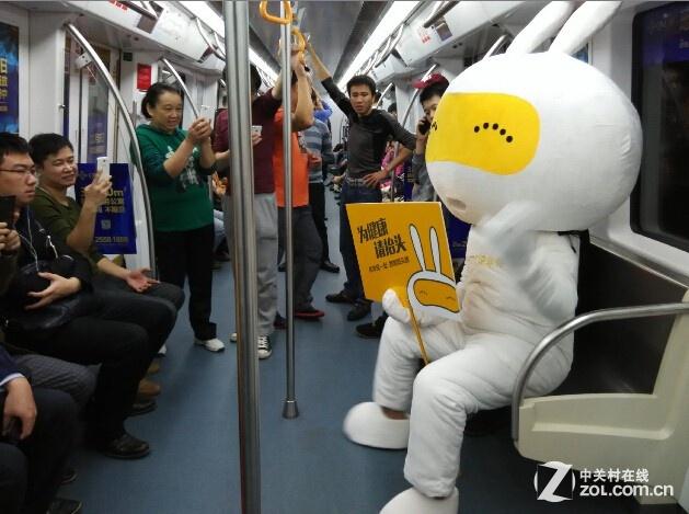 你是地铁里的低头一族么?为健康请抬头