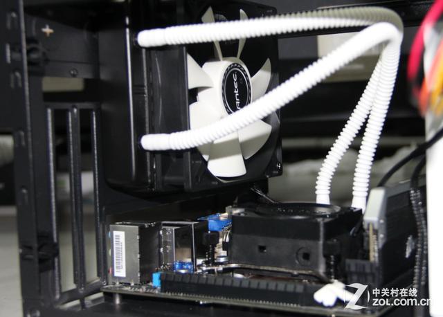 安装120水冷 小结:虽然预见N-2是一款小机箱,可以这款机箱安装过程非常轻松,主要是因为硬盘位可以拆卸,避免了手被挡住。支持120水冷是机箱的另外一个亮点,对于260mm显卡的支持,也使得这款机箱可以胜任游戏机箱这一称号。