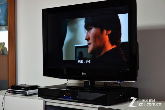 2.0音響同樣很適合搭配小電視柜使用,聲場和音效都不錯 不過小電視柜多少也會帶來一些布線上的麻煩,如果電視柜的縱深度不夠的話,背面會直接頂到墻上,并且考慮到后面還有各種線材的接口,電視柜與墻壁之間也就需要留出一定的空間。 最后對于大戶型家居環境來說,家里一般也都是擁有一個較大的客廳作為活動空間,用戶通常都會選擇一臺大電視和一個高端大氣的電視柜,甚至直接來一臺智能投影機,看著更過癮。而對于這樣的環境來說,筆者強烈推薦下面的音響選購方案: 多聲道電視音響: