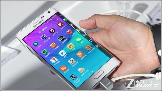 开辟曲面未来:全球首款曲面侧屏智能手机GALAXY Note Edge横空出世   三星始终坚持通过对移动技术和用户体验的不断优化,追求最卓越的创新,在这样的理念支持下,GALAXY Note Edge应运而生。这一全球首款配备了曲面侧屏的智能手机将GALAXY Note体验提升到了全新境界,为用户查看信息、智能交互和表达个性彰显品位提供了全新的方式。GALAXY Note Edge独一无二的曲面侧屏,可以让用户快速进入常用应用、查看提醒和设备功能即使用户的手机套在合上的状态下,这些操作只需要用拇指划