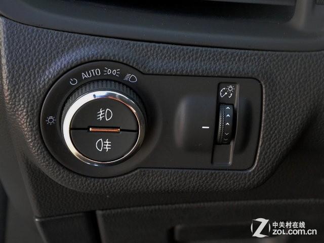 正常操作大灯的按键,在方向盘左下侧的位置,别克昂科威设计了圆盘旋钮