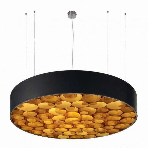 木质薄片创意吊灯Spiro(图片来自ixiqi)   Spiro共有直径75厘米和96厘米两种尺寸,高统一为15厘米。适合客厅较大的家庭使用,给人一种复古的感觉,虽然照明度没有白炽灯那么亮,但是充满了温馨黄色暖光,相信下班回家之后看到这样温馨的灯光,能立刻感受到家的温暖。