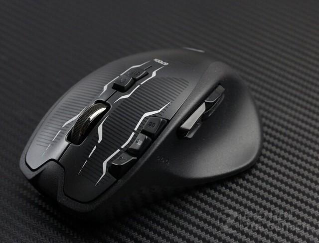 罗技G700S双模式游戏鼠标多功能按键 罗技G700S双模式游戏鼠标光头设计在鼠标中轴线前端位置,左右移动时,可为玩家带来更大的光标移动距离,这一设计对网游玩家来说较为实用,但对于重视鼠标移动感的FPS游戏玩家来说,则会对鼠标定位感造成较为严重的影响。罗技G700S双模式游戏鼠标采用AVAGO最新的9800系列游戏引擎,采样率高达8200DPI。