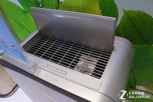 海尔空气净化器   在结构设计方面,这款空调采用了常见的机身两侧进风,而顶部出风的结构,而作为海尔健康空气解决方案的一部分,该机与海尔玉铂空调形成的双管齐下的净化效果更为出色,共同为用户打造洁净的呼吸环境。