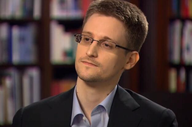 斯诺登嘲笑NSA(图片来自腾讯) 斯诺登嘲笑NSA:留下了线索都没找到证据 在《连线》杂志近日发表的采访记录中,斯诺登称,他在国安局的网络里留下了一些线索,目的就是显示他偷偷带出了哪些文件,实际上他可以接触到的文件远远更多。他留下线索就是表明他只是个泄密者,而不是外国派来的间谍,而且毕竟曝光这些文件会给国家安全带来一些风险,国安局发现他留下的线索后,也能有一些时间来把风险降低到最小程度。 Z点评:斯诺登在俄罗斯过的很自在,感谢你让世人知道了美国的窃听计划。但现在出来嘲笑NSA无能,是有点冒险。