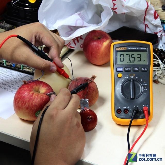 """供电""""新能源"""" 水果饮料也能当电池发电"""
