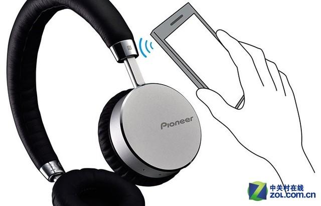 先锋推出立体声蓝牙耳机SE-MJ561BT 此款蓝牙耳机支持NFC及蓝牙功能,能让支持此功能的装置近距离或接触式作点对点数据传输。耳机机身配备按钮,只需三键便能操控音乐播放及语音功能。机身内建高质量的收音麦克风,可使用户随时接打电话。