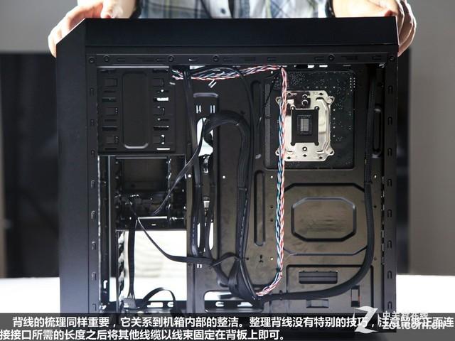 安装机械硬盘并不用单独上螺丝,卡槽的橡胶材质具有不错的柔性,有四个