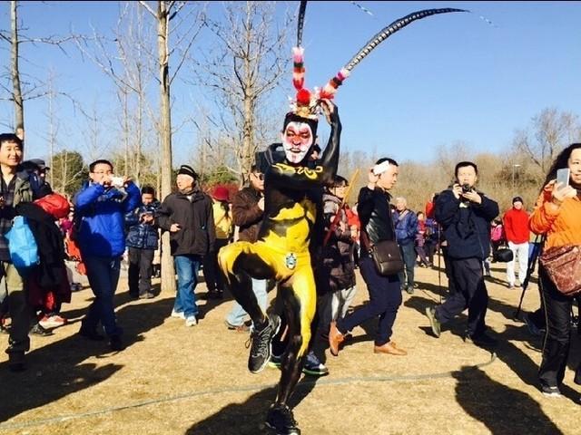 """数十名跑者齐聚奥林匹克森林公园,北京奥森第四届""""光猪跑""""在一片祥和图片"""