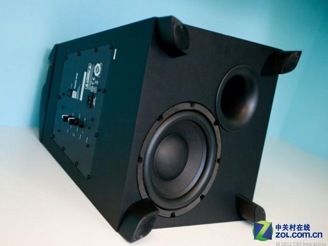 JBL SB300低音炮 介绍完两款大众及电视音响,我们再来为大家介绍一款高端产品--JBL SB300,别看它同样是一款Soundbar加低音炮组合音响,却拥有家庭影院级震撼的立体声音效;它是一款真正意义上通过一个Soundbar就能为你带来环绕音效的音响,通过3D环绕处理加杜比音效的技术,让这款音响模拟出360度环绕音效;而且低音炮还可以进行相位调整和低音增益调节,这在普通电视音响的低音炮上是看不到的,声音的综合素质表现自然更加出色。当然,四千多元的价格也不是普通消费者能够承担的。 总结: 随着智能