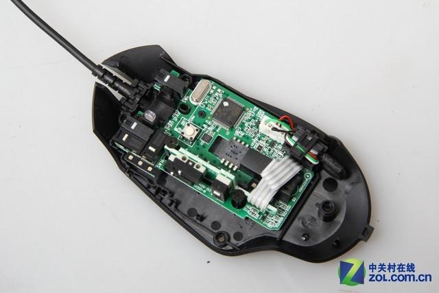 罗技g402游戏鼠标侧键电路板的固定方式较为巧妙,插槽将侧键电路板