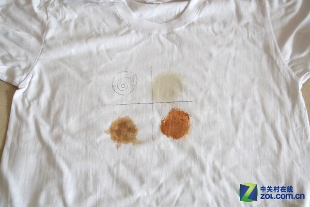 格兰仕UU系列新品滚筒洗衣机UG612(洗涤后效果展示)   测试结果:棉麻/日常洗模式下,洗衣机初期自检洗涤时间为1小时40分,适时调整后最终洗涤时间为2小时20分钟。洗涤结束后,白色T恤上区分污渍的最为顽固的十字墨笔印记明显褪色,酱油污渍基本消失,番茄酱污渍和油污依稀可辨。整体洗涤效果还算不错。