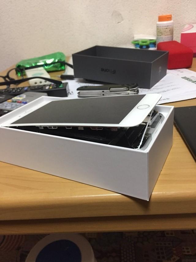 """iPhone8电池膨胀!苹果瞬间变成""""开心果"""""""