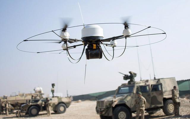 在官方的视频中,我们可以看到 DARPA 在一架大疆风火轮无人机的上面加上了 3DR Pixhawk 自动导航模块。导航模块包括声纳、惯性感应器以及一个高清摄像头。 实际演示中,这架无人机能够在识别过道之后以 45 英里(72 公里每小时)的时速通过。同时,也能够自主识别过道中的箱子,然后以较慢的速度绕过箱子前进。 该项目经理 Mark Micire 表示,FLA 项目是取舍大小、速度、性能之后的最好结果,这也导致实现过程异常困难:使用有限的计算能力,需要自主执行和完成复杂的任务。 从实际效果看,FLA