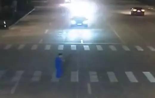 出行有料:过马路玩手机被撞 行人全责
