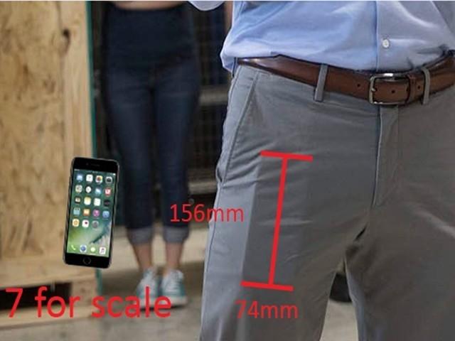 库克竟带iPhone8满世界跑 一条裤子让他露馅