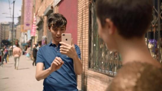iPhone 8P人像光效 苹果请短发女打广告