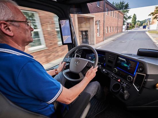 戴姆勒发布首款电动卡车 欲挑战特斯拉