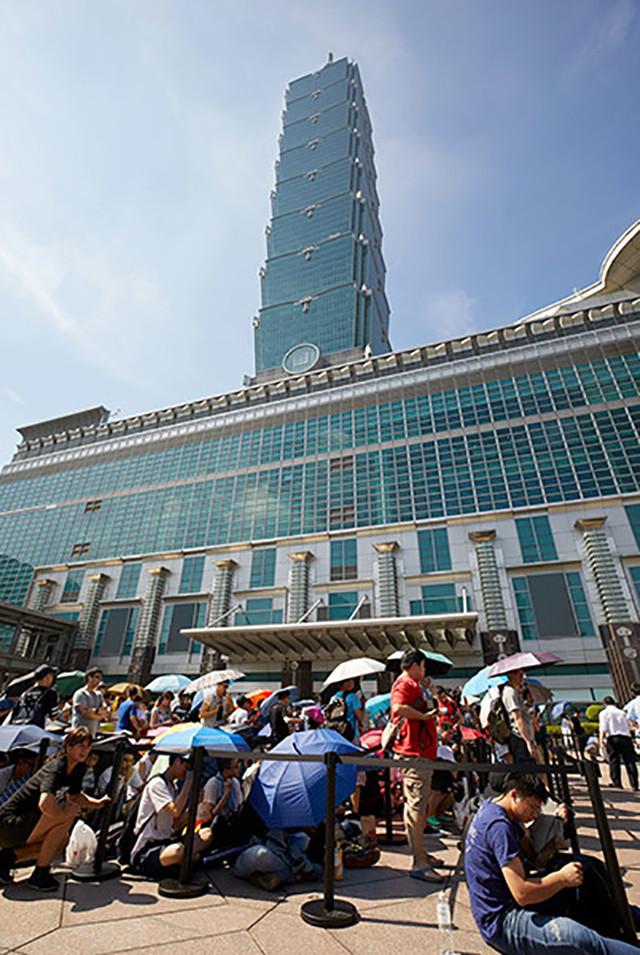 台湾首家苹果直营店开业 火爆的不得了