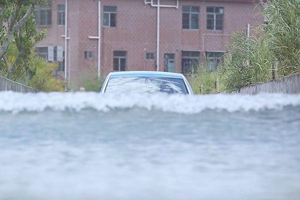 雨天涉水PK:电动汽车完爆传统燃油车?