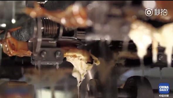 加拿大研发自动剥螃蟹机器人 蟹黄冲掉了