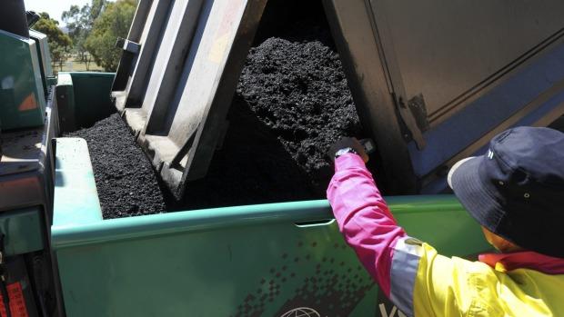硒鼓碳粉盒环保回收新用途:修马路
