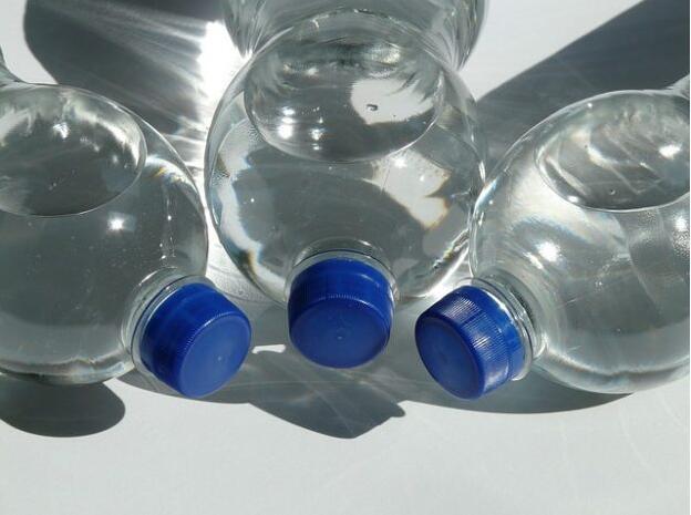 夏天有毒!路边买的矿泉水可能溶出塑化剂