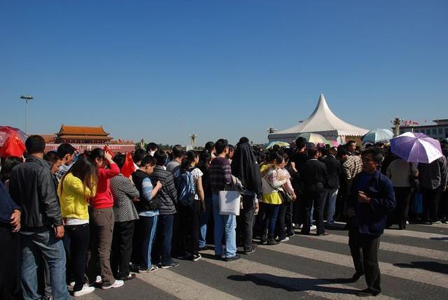 国庆节天安门广场排队等待安检的人群
