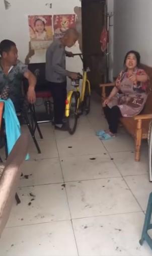 老人强抢共享单车 停我家门口就是我的