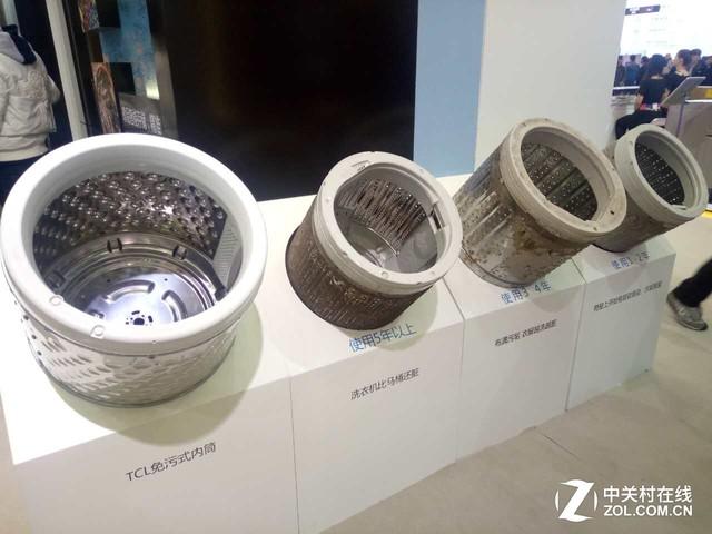 TCL免污式内筒对比 作为用户最为关心的脱水问题,这款新品通过流体力学分析,以高脱水转速和专业设计的倾斜水道,确保内筒高速旋转时将水流更加快速有效的甩出内筒,完美保证脱水效果。 TCL大眼晶洗烘一体滚筒洗衣机 颜值+内涵的典范 此次TCL冰箱洗衣机还重点推出荣获德国iF设计大奖的大眼晶洗烘一体滚筒洗衣机,素有高颜值之称,在外观上拥有超大的视窗舱门,美观时尚的同时,用户放取衣物更加得心应手。外部极简的控制面板搭配R30的圆角设计,整体外观圆润而不失霸气。标志性的圆角设计和微曲表面为其创造出具有整